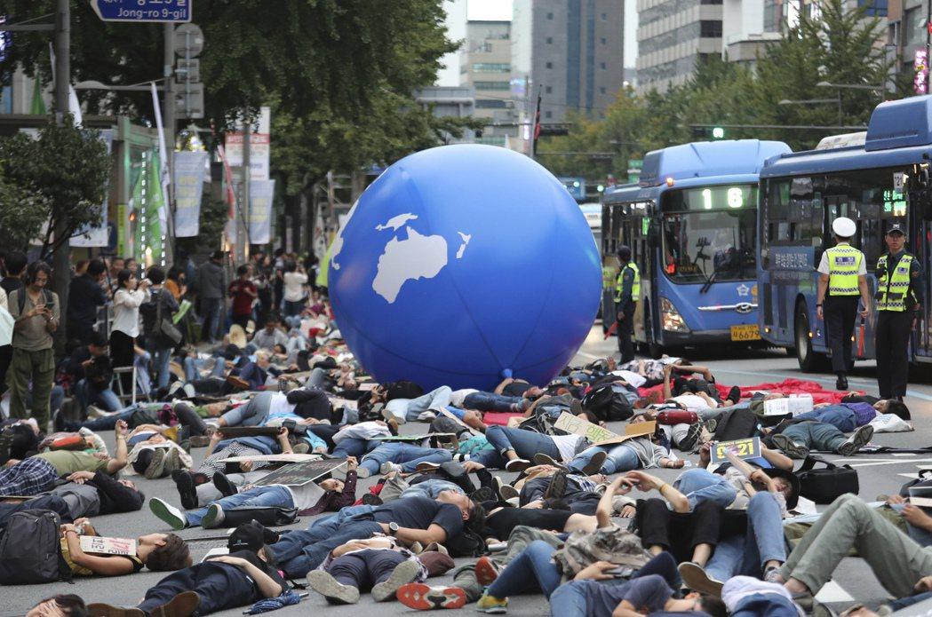 童貝里發起的罷課行動獲得全球響應,圖為南韓民眾今年9月21日在首爾集會情形。 (...