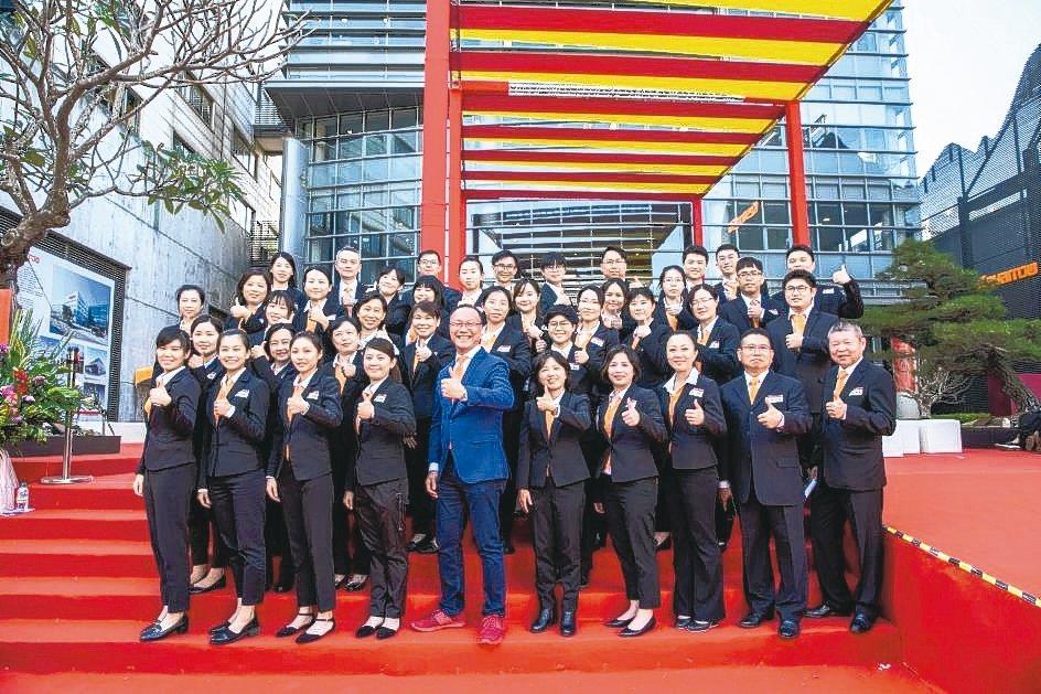 台灣引興董事長王慶華(前排左五)與團隊歡迎業界友人同慶36周年。 業者/提供