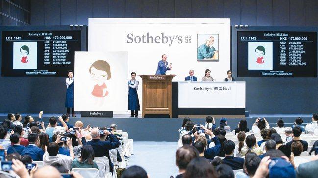 於香港蘇富比以1.95億元港幣創下新世界拍賣紀錄的奈良美智作品《背後藏刀》。 圖...