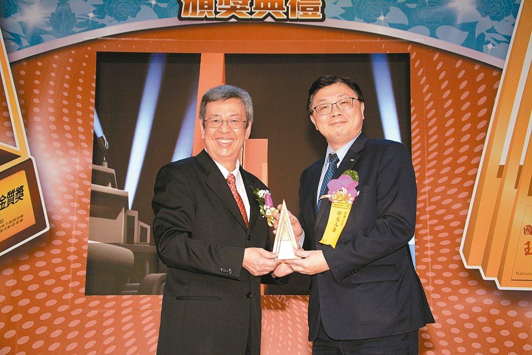 副總統陳建仁(左)頒發玉山獎最佳產品類獎。 康堃皇/攝影