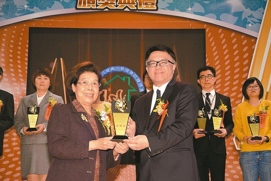 監察院院長張博雅(左)頒發金質獎規劃設計類獎。 康堃皇/攝影