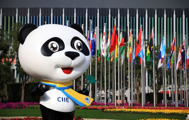 在今年的上海進口博覽會,主辦方免費提供兩個攤位給30個全球最落後的國家攤位,展示...