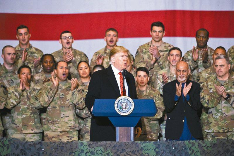 美國總統川普28日前往阿富汗與美軍共度感恩節。右為阿富汗總統甘尼。 美聯社