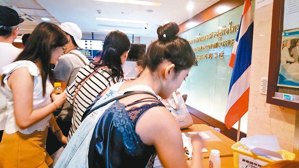 泰國簽證新制將於12月1日上路,旅客必須提供三個月內的財力證明文件,自由行旅客自...