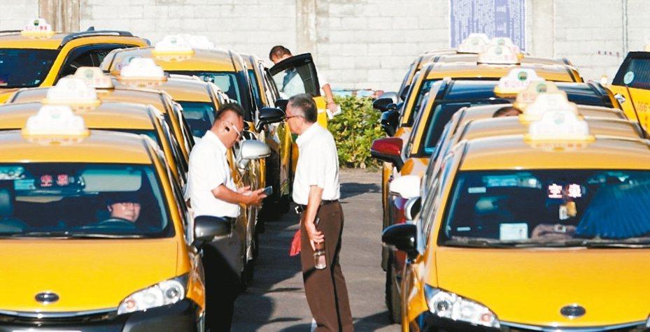 交通部官網今天凌晨公布七年車可以申請計程車汰舊換新補助,內容一樣最高補助35萬元。 圖/聯合報系資料照片