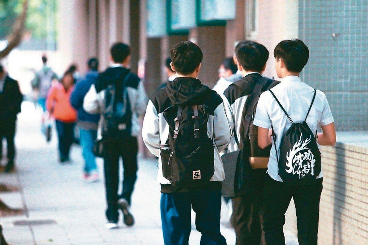 111學年度大學申請入學,各校系將參採高中學習歷程檔案作為招生參考,學生們準備好...