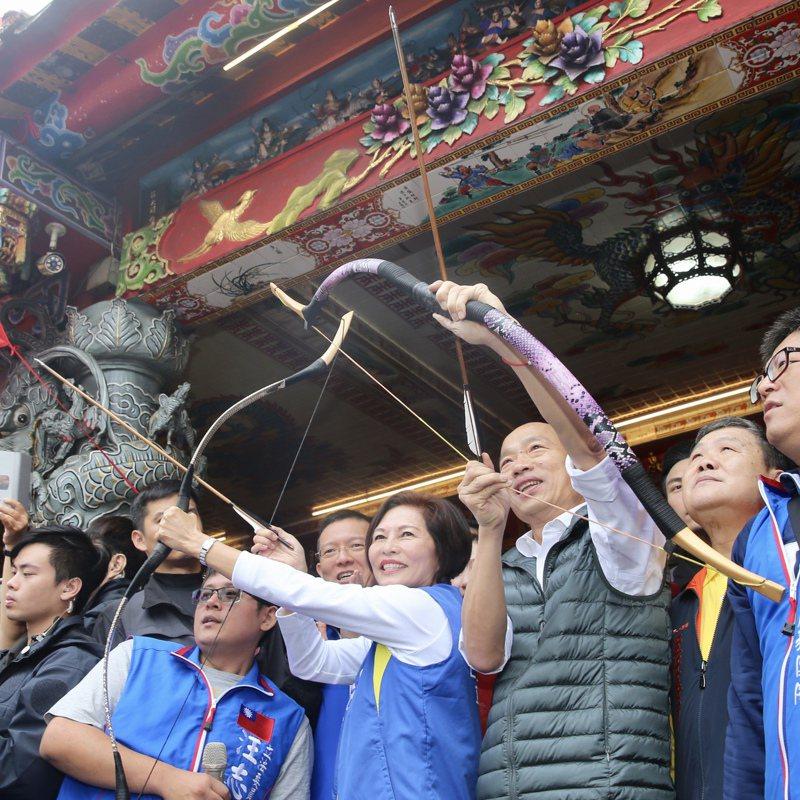 國民黨總統參選人韓國瑜(前右三)上午與立委參選人汪志冰(前左三)到天母三玉宮參拜,現場拿起弓箭,象徵射穿雲箭。 記者林伯東/攝影