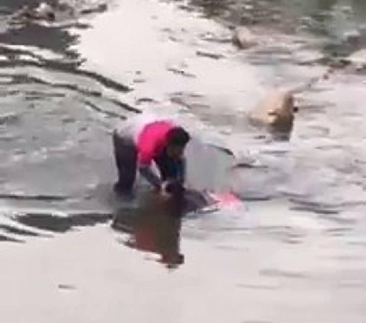 馬來西亞一女子意圖輕生,臉朝河水幾乎沒命,本來在送餐途中的外送員見狀即二話不說衝...