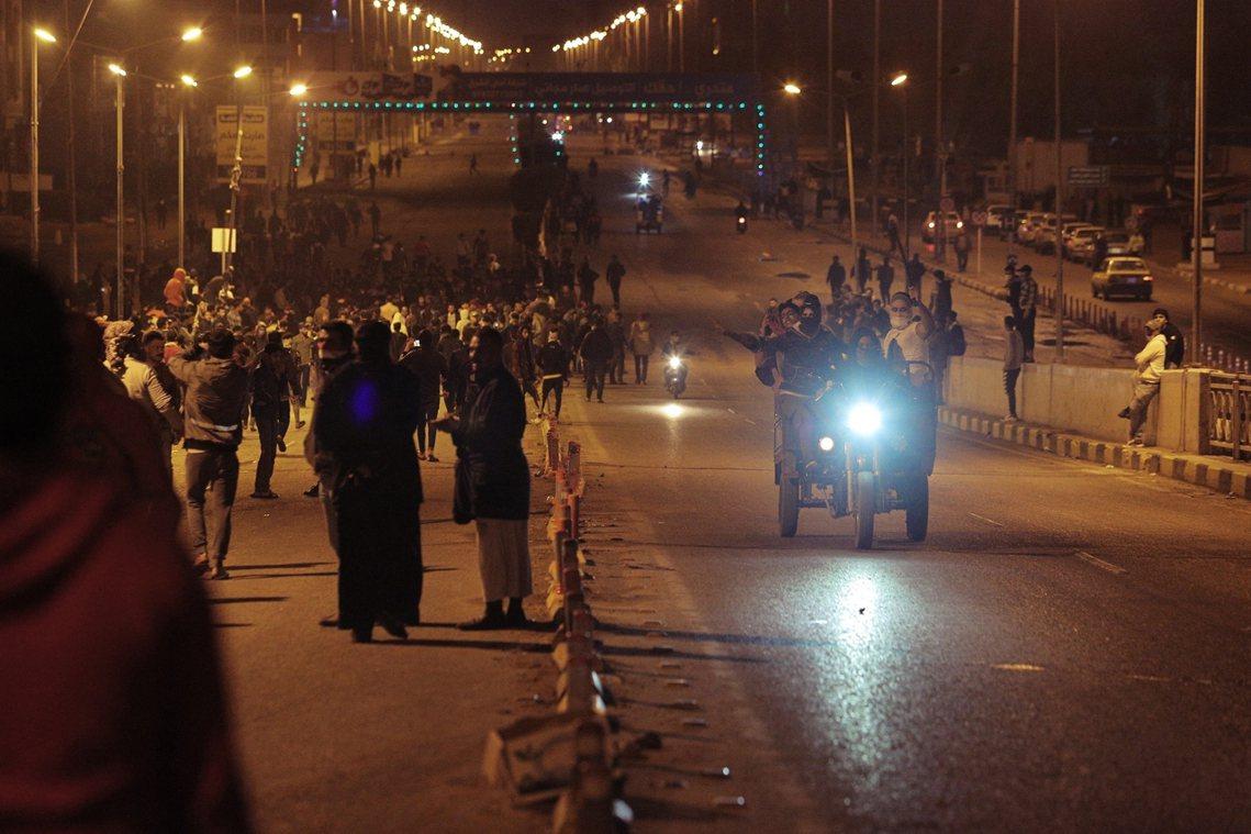「驅逐伊朗代理人」已成為了街頭的頭號憤怒標語。圖為28日納傑夫街頭。 圖...