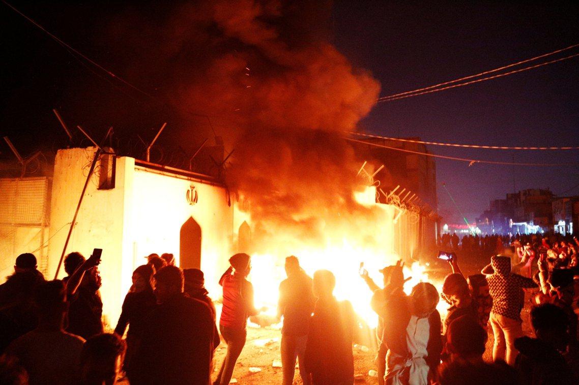 示威者衝進伊拉克南部城市納傑夫的伊朗領事館縱火,抗議伊朗操控伊拉克政治。 圖/路...