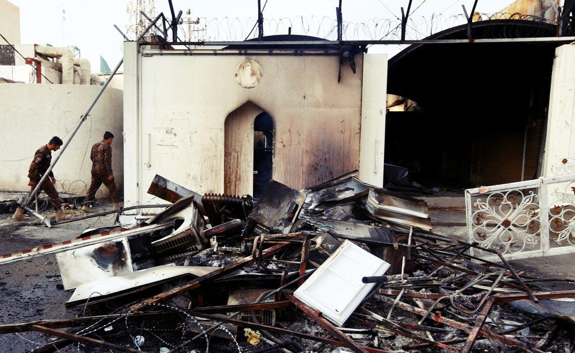 納傑夫的伊朗領事館餘燼。 圖/路透社