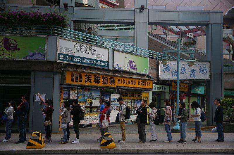 許多香港人在反送中抗議爆發至今,展現出相當高的自主自律精神。圖為11月24日區選...