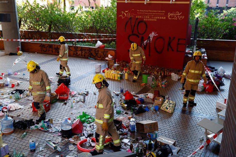 校方與香港警消進入處理校內危險物品,攝於香港理工大學。 圖/路透社