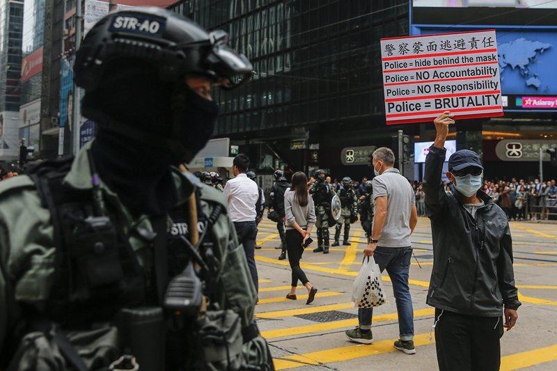 港警的一連串暴言與暴行,引發民憤。圖為民眾表達對港警的不信任,攝於11月19日,...