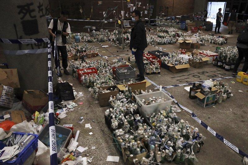 香港理工大學內搜獲近4,000枚汽油彈、1,300多件爆炸品。 圖/美聯社