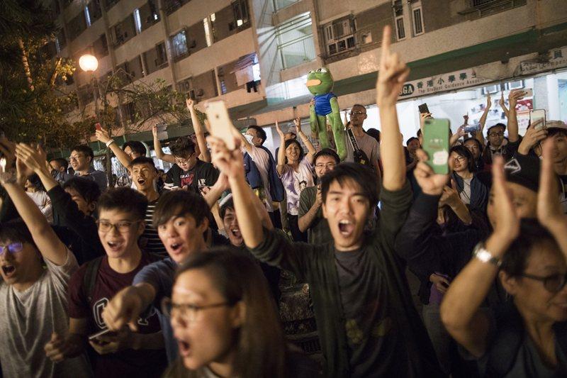 香港區議會選出議員,都是真正民意授權的代表。圖為11月25日,香港民眾在民主派取...