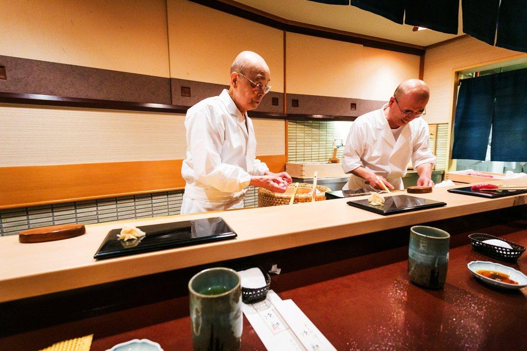 目前本店由長男小野禎一(右)繼承,晚間開店時間小野二郎(左)則會親自捏製握壽司。...