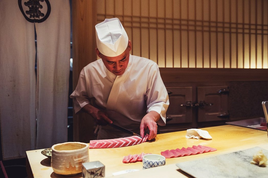 圖為另一家壽司名店「齋藤壽司」,已經連續10年列為米其林三星,但也因實施會員制,...