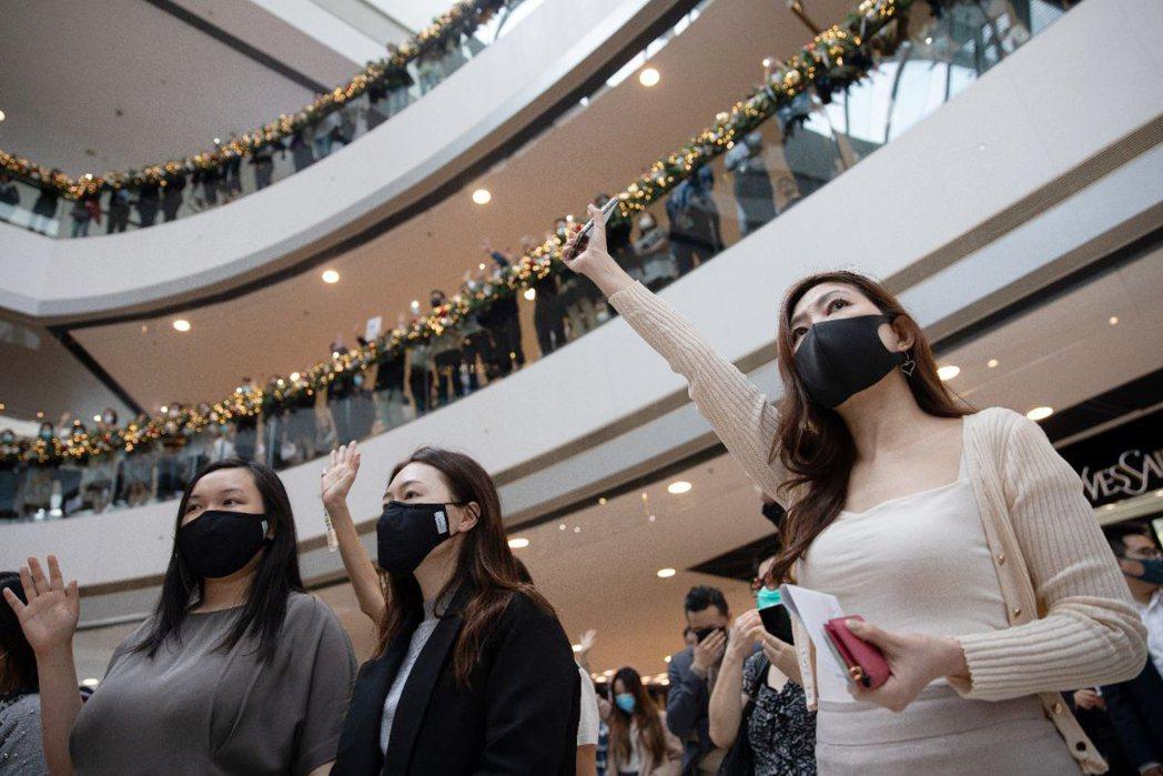 縱然香港區議會選舉泛民大勝,多處示威活動仍持續進行,大量上班族於午休多點齊聚進行...