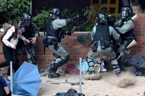 警暴再認證:港警「圍城渴殺」,數千憤怒學者籲獨立調查