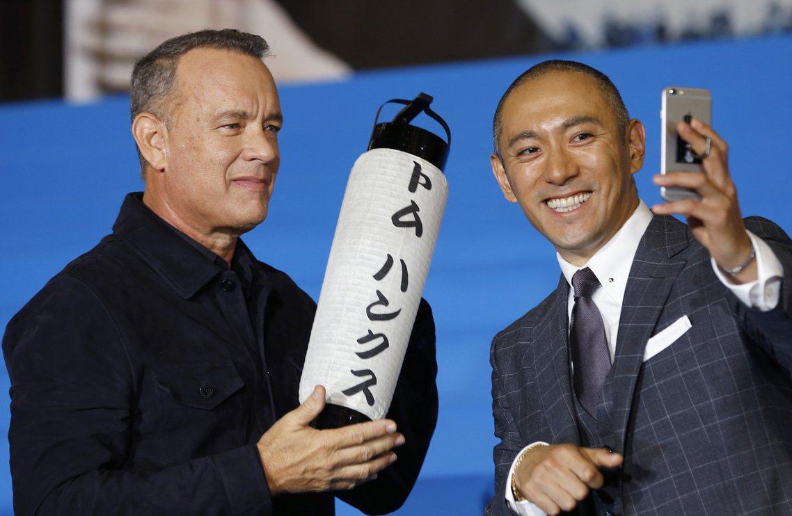 市川海老藏與湯姆漢克斯,宣傳《薩利機長》時的互動。好萊塢大作結合傳統藝術歌舞伎,...