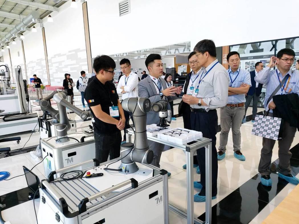 易控機器人業務課長張竣嘉(左2)向貴賓介紹達明協作機器人。莊智強/攝影