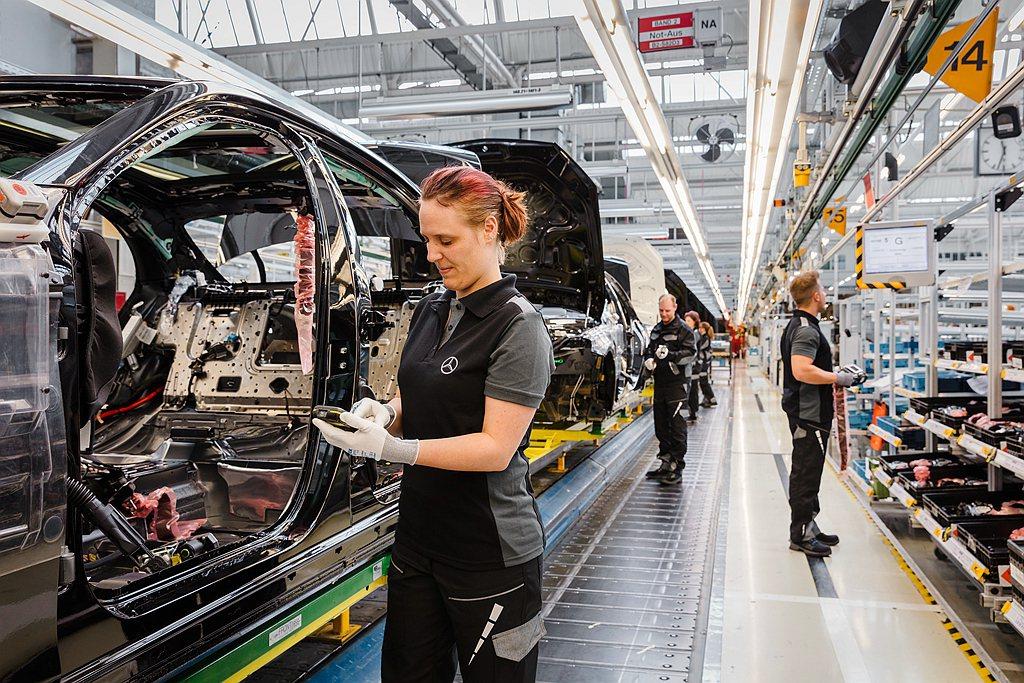 賓士S-Class導入多種數位化生產模式,產線人員也能透過即時更新的資訊,依據每...