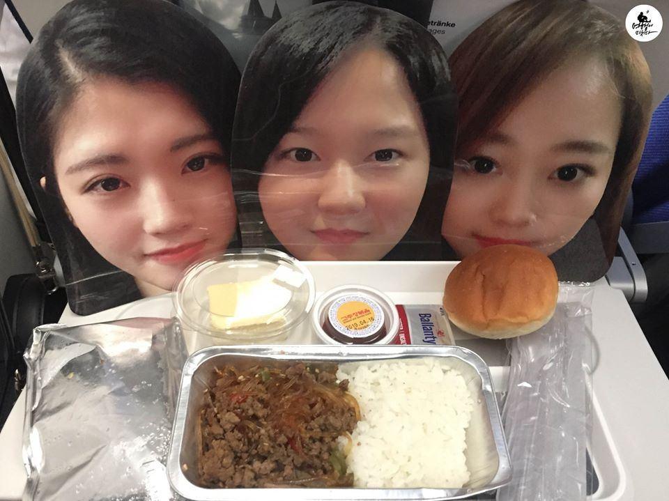 閨蜜們一起嘗嘗飛機餐的味道。圖翻攝自臉書「Travel_Factory」