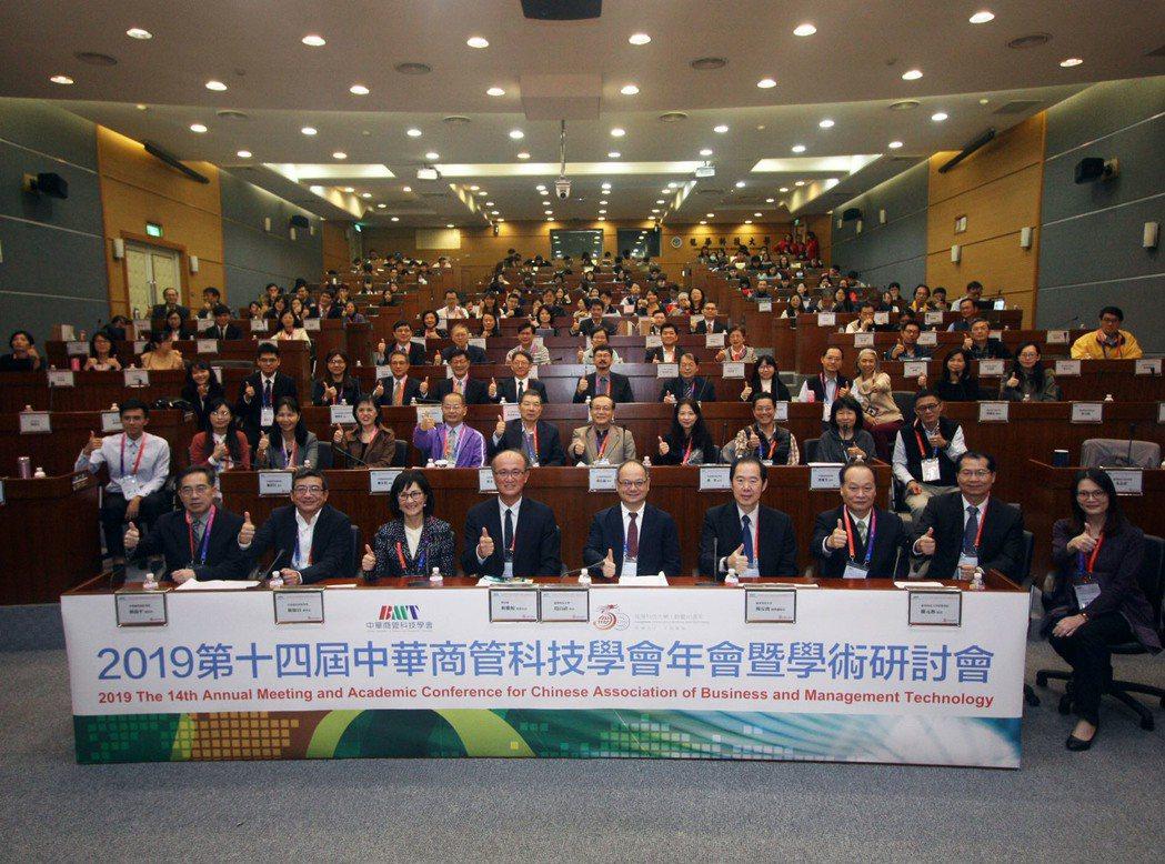 中華商管科技學會於龍華科大舉行第十四屆年會暨學術研討會,出席貴賓合影。龍華科大/...