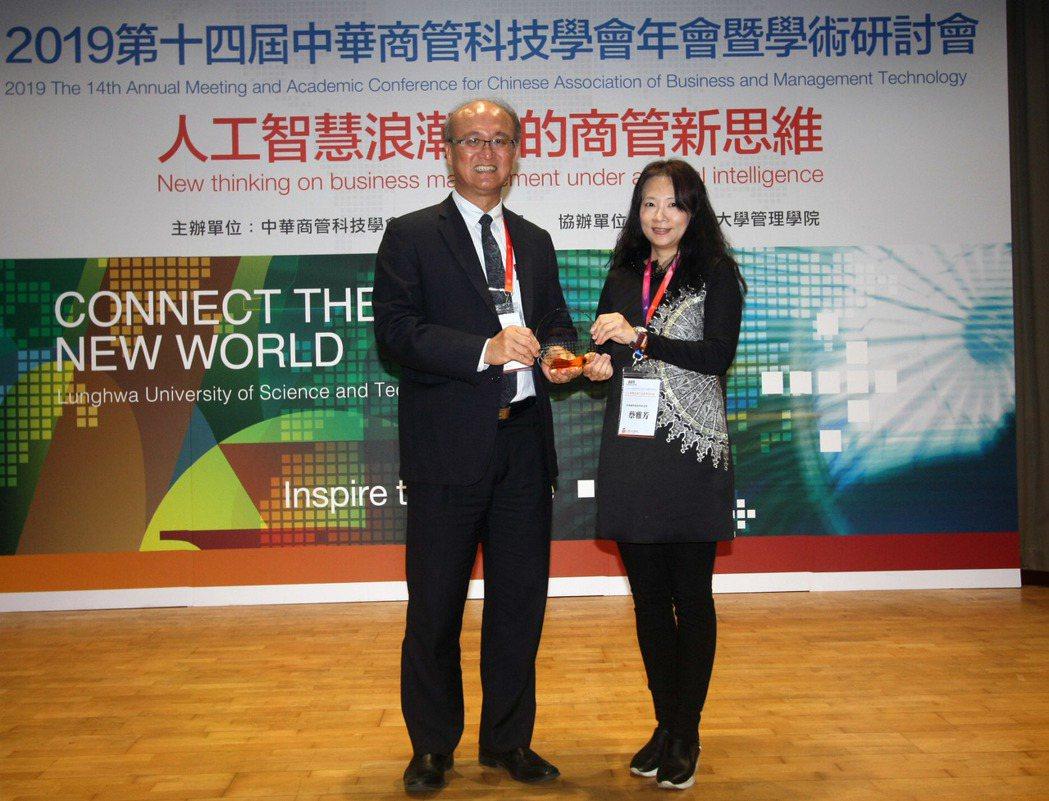 教育部林騰蛟常次頒發學會年度最佳論文獎。龍華科大/提供
