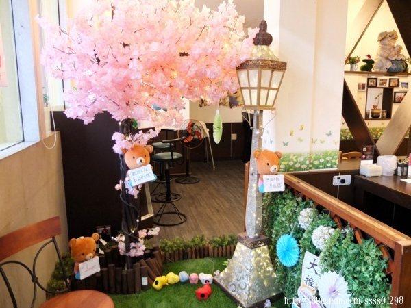 一進入店內,左手邊的小空間佈置充滿巧思,很有櫻花氛圍耶!好適合拍照