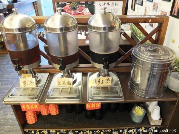 飲料免費無限量供應,紅茶、紫蘇梅和麥茶任你喝!