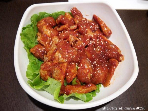 取材台產嚴選雞肉,搭配韓國年糕及甜不辣,與自製韓式辣醬結合出絕妙風味