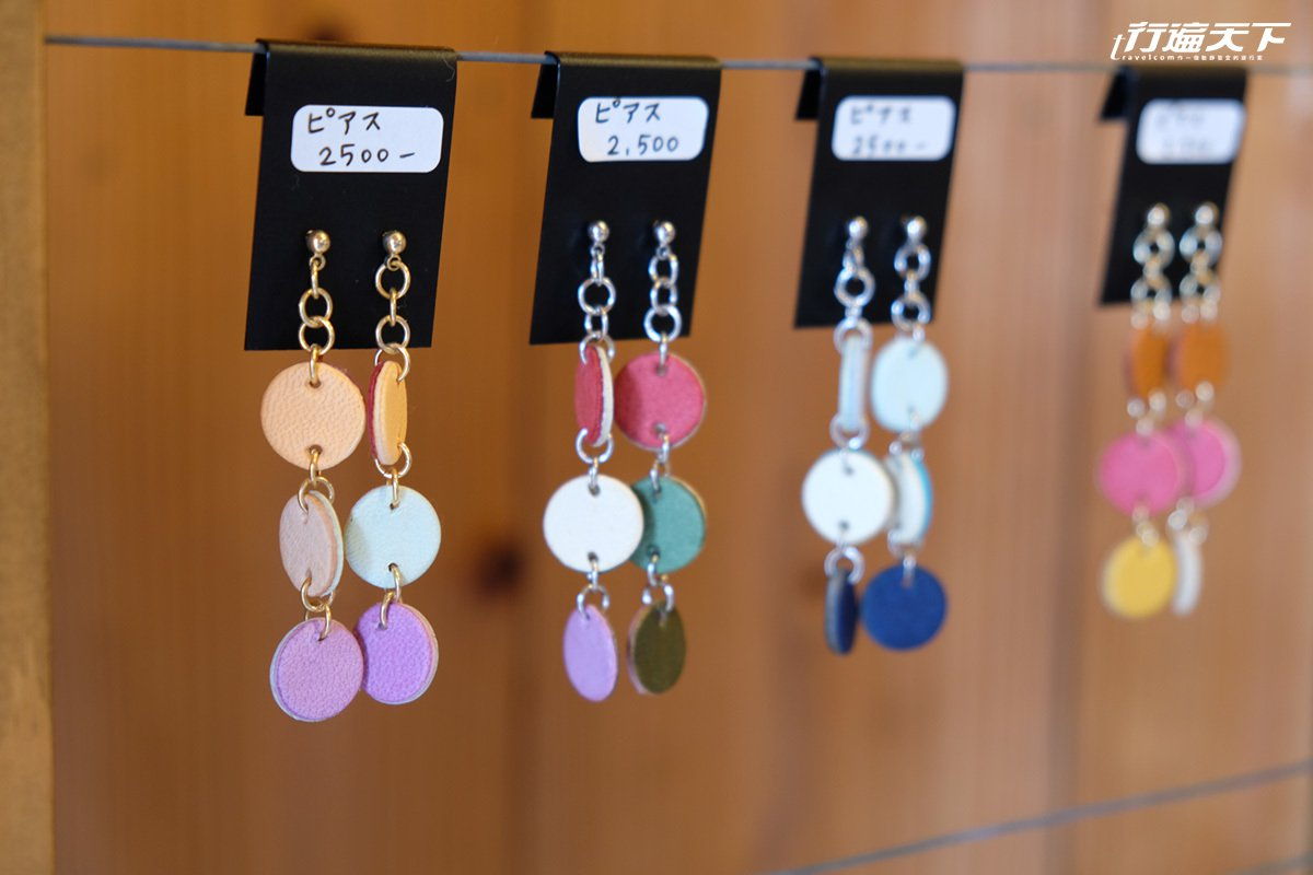 ariga to裡也有皮革耳飾與其他質感飾品。