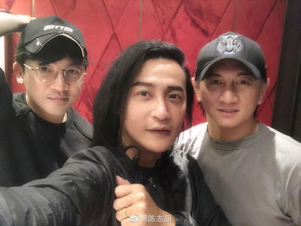 蘇有朋(左起)、陳志朋和吳奇隆的合照引起熱一。圖/摘自微博