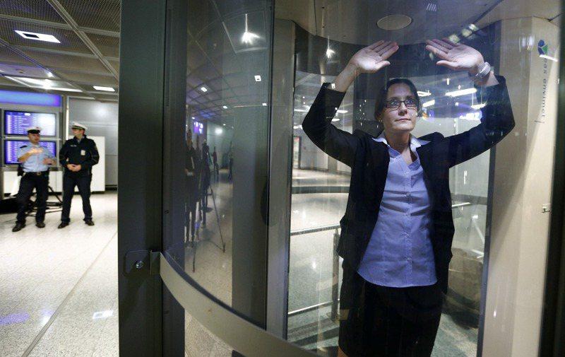 跨性別人士在機場接受全身掃瞄時,經常遭遇尷尬場面或被安檢人員嘲笑,引發歧視疑慮。圖為全身掃瞄儀。路透