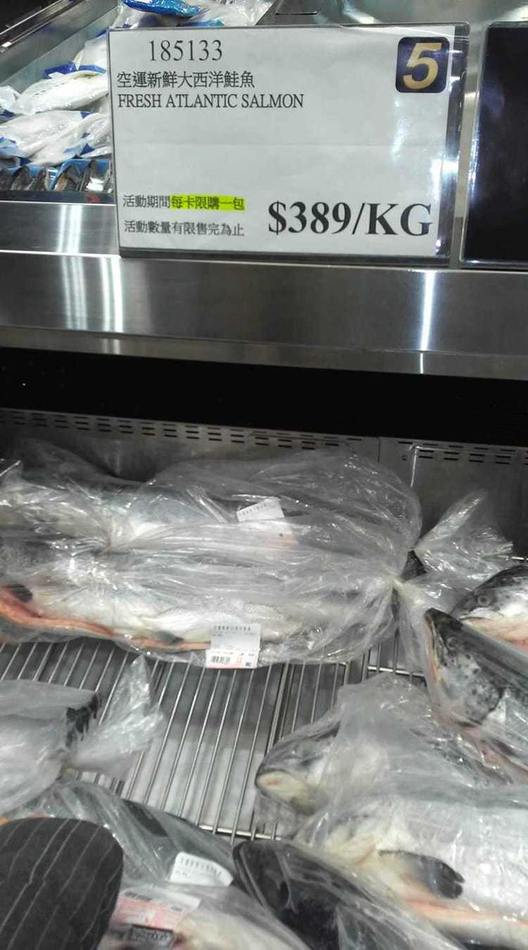 「科克蘭 空運新鮮大西洋鮭魚」特價每公斤389元。圖/取自臉書社團《COSTCO...
