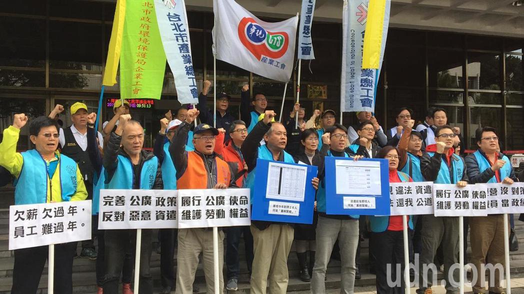 華視工會今天協助8名被資遣的員工到台北地方法院提告。記者林孟潔/攝影
