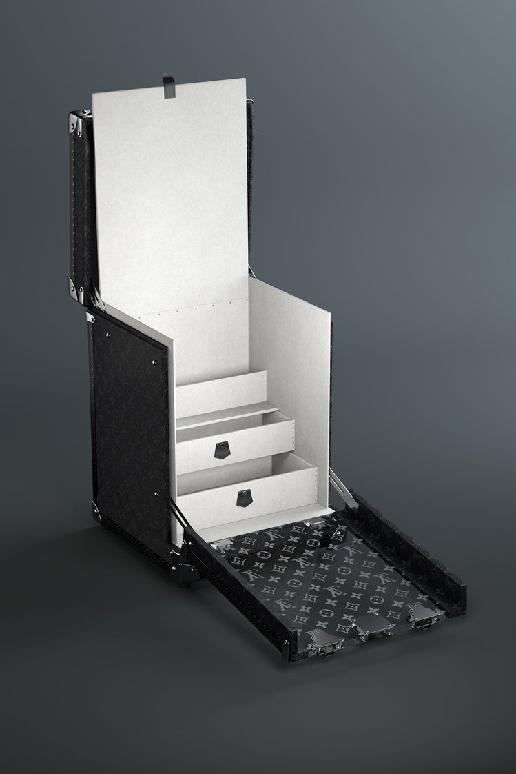 隔板掀起後的隱藏式抽屜組合,可放置相關配件或備用鞋帶。