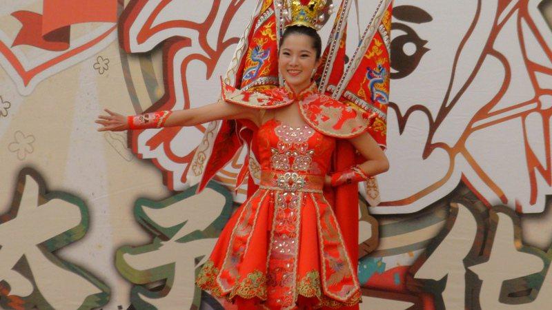 代表台灣到日本參加世界小姐選拔的邱怡澍,擔任嘉義縣第十屆太子文化季代言人,邱穿參賽的「三太子國服」,站上縣府中庭舞台走台步表演宣傳,驚艷全場。記者魯永明/攝影