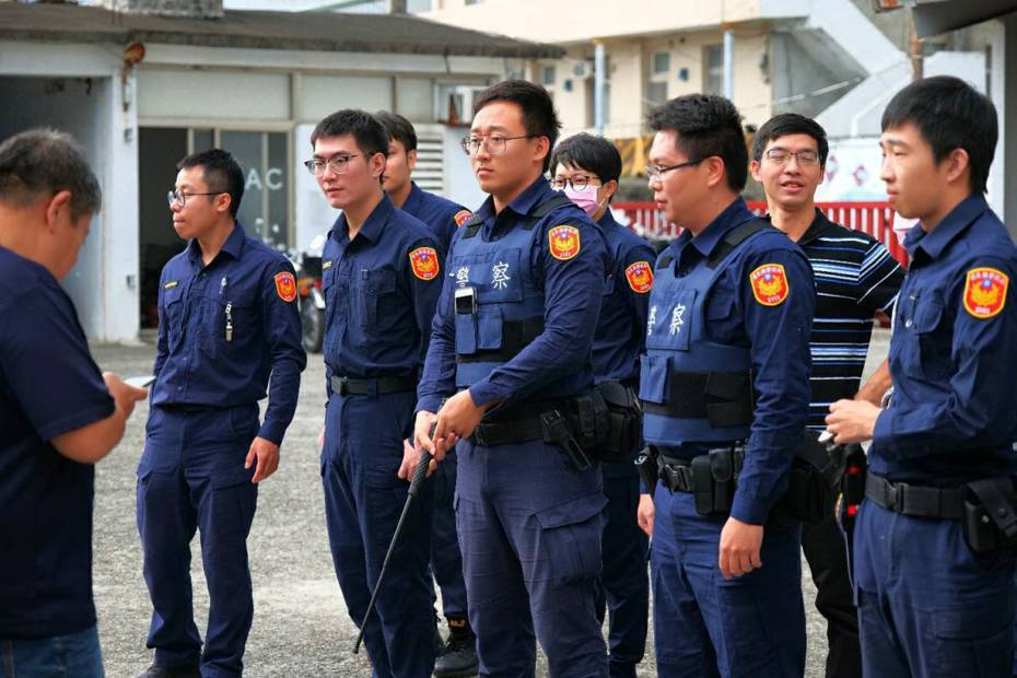台東成功警分局日前常年訓練特別將車輛破窗技能列入課程,讓員警實況情境操作破窗技能。圖/成功警分局提供