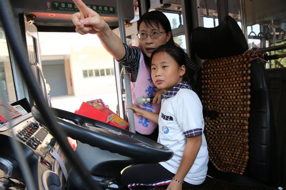 台南市警察局今天到新營區新進國小宣導「內輪差」危險性。圖/市議員李宗翰提供