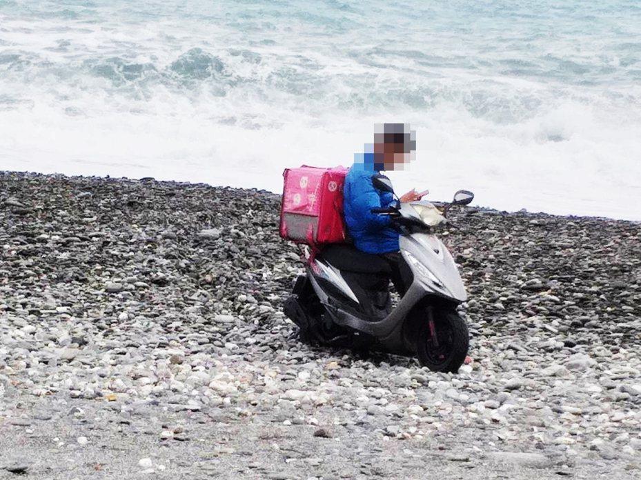 昨天中午1名foodpanda熊貓外送員為了看海,疑因太近高潮線,差點被海浪捲走,人車受困海灘上,幸熱心陳姓蓮藕攤商熱心協助脫困。圖/陳姓攤商提供