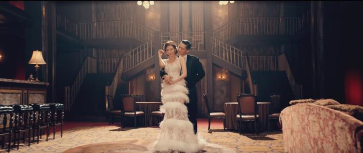 林志玲身穿LinLi Boutique拉斐爾白紗和AKIRA拍攝MV。圖/截自「...