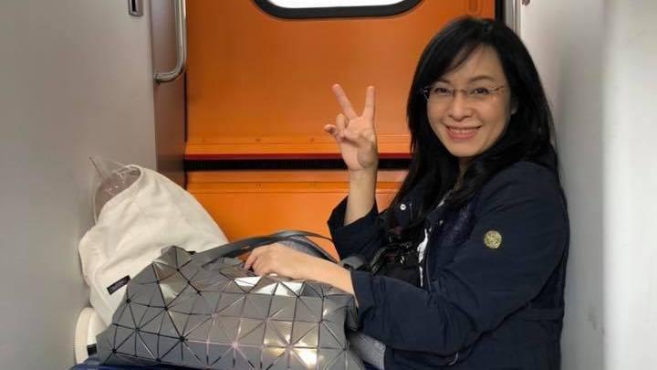 民進黨立委陳瑩今天從台北搭太魯閣號回台東,車上遇到1位沒位子坐的孕婦,主動讓位後...