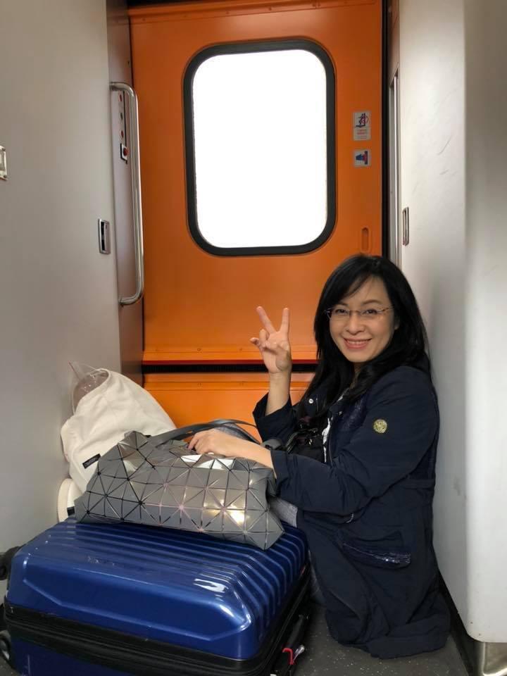 民進黨立委陳瑩今天從台北搭太魯閣號回台東,車上遇到1位沒位子坐的孕婦,主動讓位後,自己移置車門旁席地而坐,她把這段過程PO在個人臉書,引起網友稱讚。圖/翻攝自陳瑩臉書
