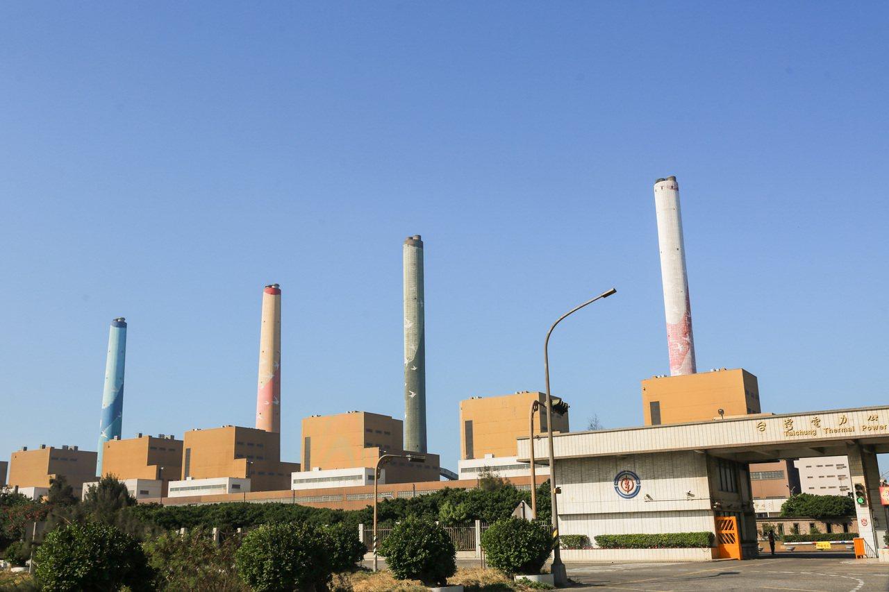 針對台中火力電廠生煤量爭議,台中市政府今發新聞稿,批評環保署透過修改行政法規,放...