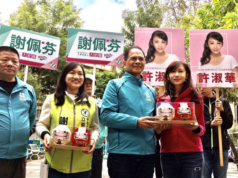 前行政院長游錫堃(右2)今早到台北市白藍市場,陪同民進黨第6選區立委參選人謝佩芬(左2)、第7選區立委參選人許淑華(右1)拜票。