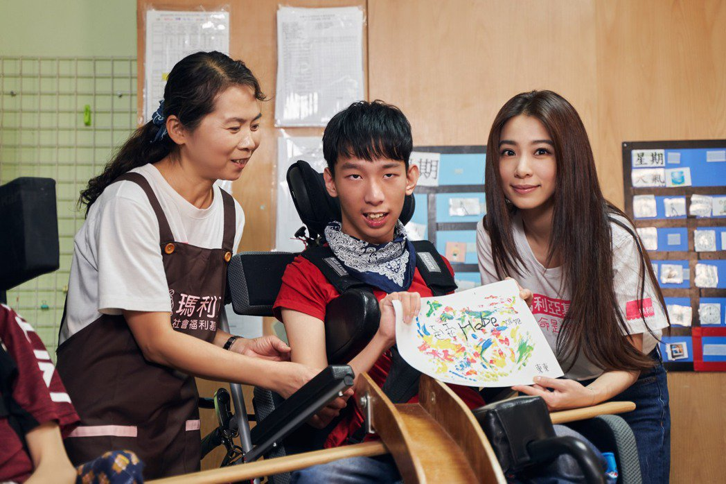 田馥甄(右)收到東東(中)的畫作,相當感動。圖/混種時代提供