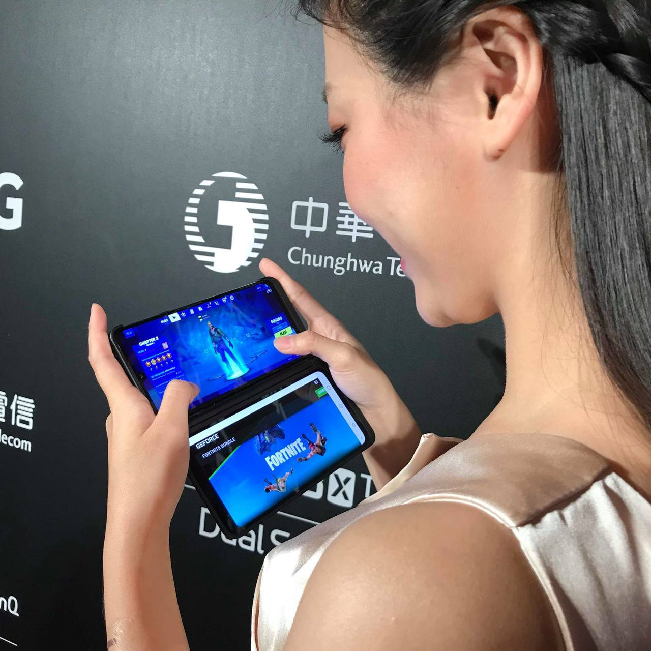 LG G8X ThinQ Dual Screen的雙螢幕設計,可以同時開啟兩個遊...